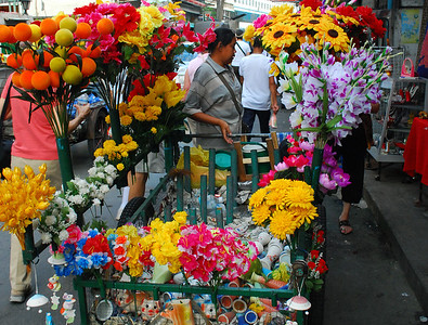 BANGKOK - Although far removed from its origins as a small village, Bangkok still has small neighborhoods like Pakklong Talad that can boast a million bright blooms at a local flower market.