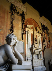 The huge chains at one end once stretched across the mouth of Pisa's harbor to prevent enemy ships from attacking.  But those pesky Genoans broke the chains, then carried them off as war trophies before giving them to Pisa's arch rival Florence.  Later, Florence returned them as a token of friendship.