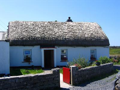 Ensimmäisenä päivänä ajoimme Galwayhin. Seuraavana päivänä vierailimme Aran saarilla, Inis Morilla. Päivä oli todella lämmin, joten hyppäsimme kiretoajelubussiin. At the first day we drove to Galway. Next day we visited at Aran Islands, Inis Mor. That day was really hot so we jumped to tour bus.