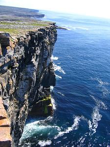 Näkymä Dún Aonghasa -linnoitukselta Atlantille. Tyypillistä voimakasta tuulta ei tuntunut, joten pystyimme seisomaan reunalla. Normaalipäivinä täytyy ryömiä reunalle tuulen alapuolella.  View from Dún Aonghasa fortress to the Atlantic Ocean. The weather was unusual when normal you should crawl to the edge because of strong wind. We could stand at the edge!