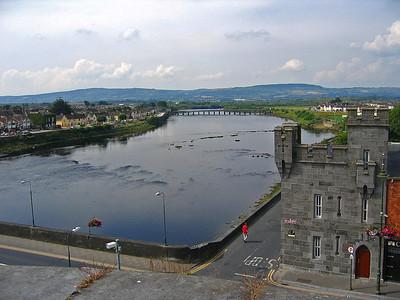 Näkymä Shannonjoelle King John's -linnoitukselta Limerickissä.  View to River Shannon from King John's Castle at Limerick.