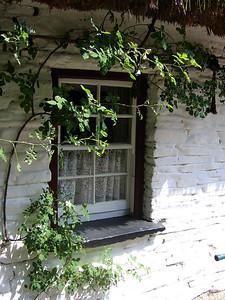 Ikkuna Bunratty Folk Park -museoalueella lähellä Shannoina.  Window at Bunratty Folk Park, near Shannon.