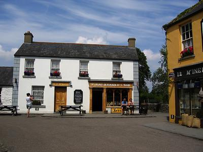 Katunäkymä Bunratty Folk Park -museoalueella lähellä Shannoina.  Street view at Bunratty Folk Park, near Shannon.