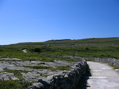 Tie Dún Aonghasa -linnoitukselle Inis Morilla, Aran-saarilla, Irlannissa 2005. The way to Dún Aonghasa -fortress at Inis Mor, Aran Islands, Ireland, 2005.