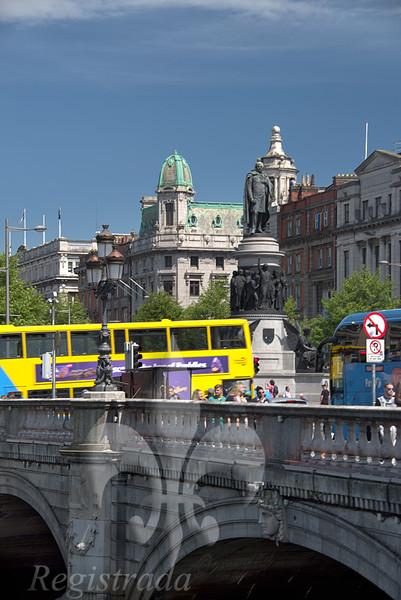 O'Connell Bridge, Monument