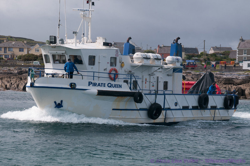 Ferry leaving the isle of Inis Oirr