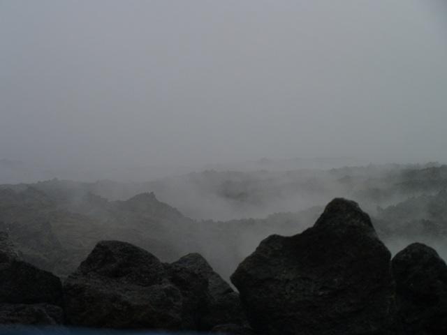La última erupción del Piton de la Fournaise, dejó un rio de lava todavía caliente. El agua de lluvia se evapora al caer.