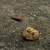 Tierra volcánica y piedras de colores