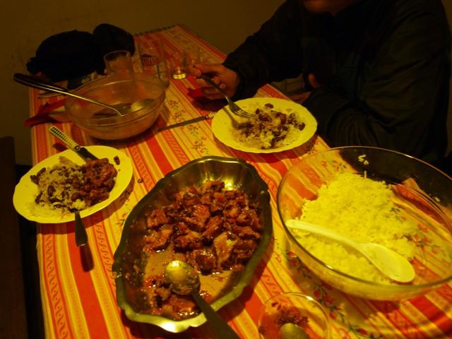Nuestra primera cena un poco decente con la alimentación típica de la isla, arroz, aluvias y carne en salsa