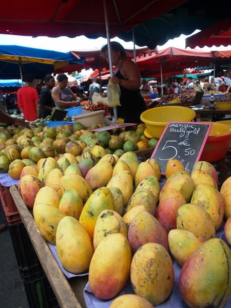 Mercado de St. Paul. Mangos, guayabas, papayas,...