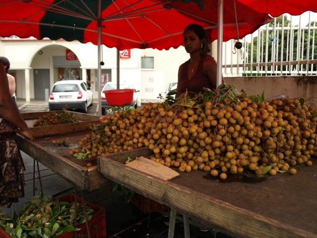 Frutos tropicales para merendar. Una especie de lichi