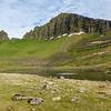 Eifilifstindur und Kálfatindur (rechts); im Vordergrund ein See in dem Möwen baden