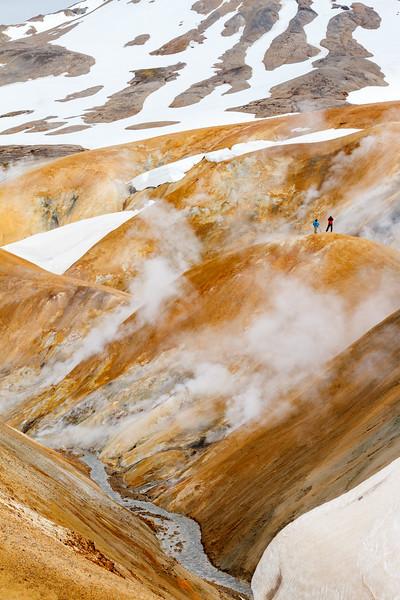 Zwei Wanderer auf den Rhyolithhügeln