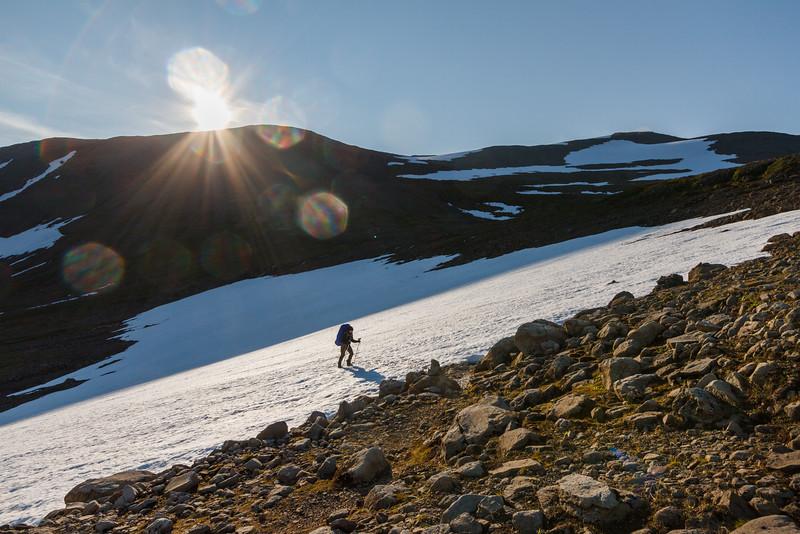 Aufstieg über ein Schneefeld zum Pass