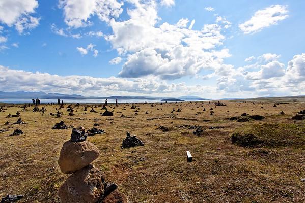 Pingvallavatn - La tradition de marquer son passage par une pierre sur un cairn est respectée.