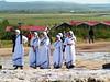 Monjas visitando el geyser