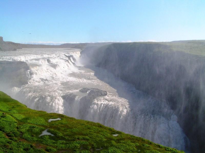 Gullfoss, para hacerse una idea del tamaño de esta cascada solo tienes que compararlo con el la altura de los turistas al fondo junto al borde de la misma.