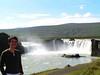Godafoss, cascada junto a Akureyri. Nos explixaron que los habitantes de la isla tiraron por esta cascada unas figuras que representaban a sus dioses