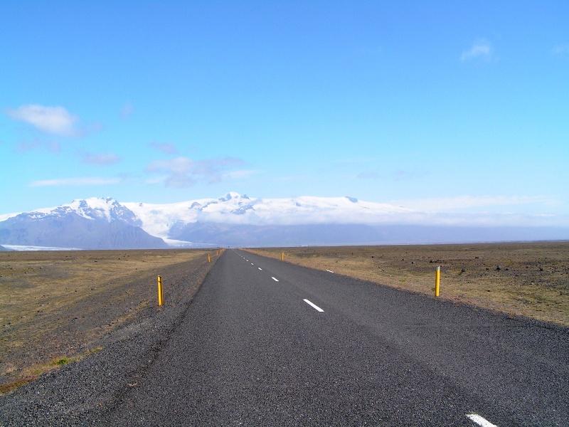 Carreteras inacabables y solitarias; ésta hace la vuelta co,pleta a la isla