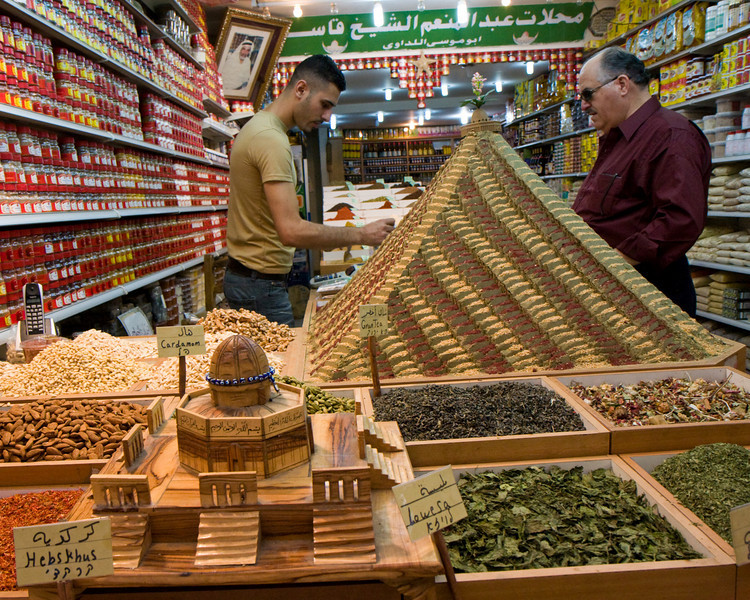 Spice merchant, including a pyramid made of carefully molded spices