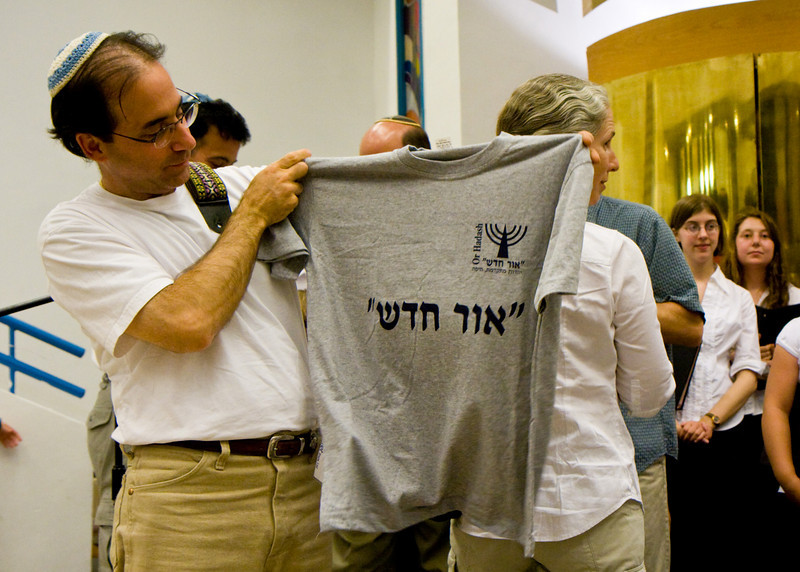 The congregation handed out shirts with the synagogue's name in Hebrew to all participants