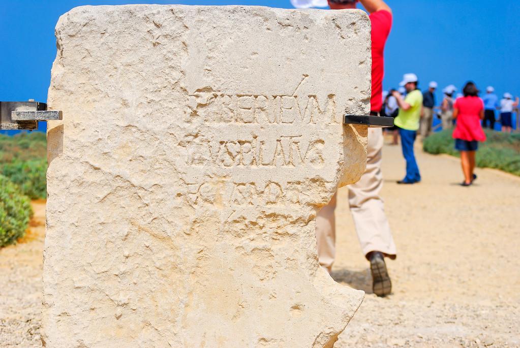 pedra com uma inscrição em latim incluindo o nome de Pôncio Pilatos<br /> Caesarea National Park - Haifa - Israel