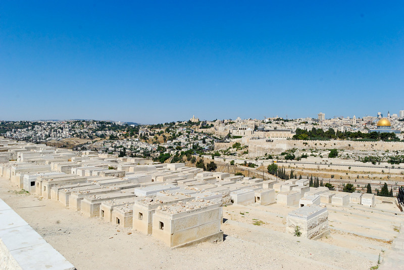 Panorâmica de Jerusalém vista do Monte das Oliveiras<br /> Com o cemitério Judeu em primeiro plano.