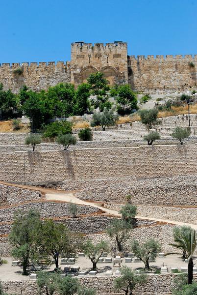 Portão Dourado guardado por um cemitério muçulmano ao longo da muralha
