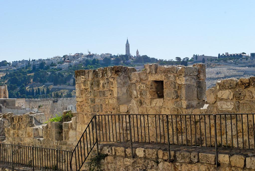Muralha da Muralha de Jerusalem, vendo-se por trás o monte das Oliveiras.