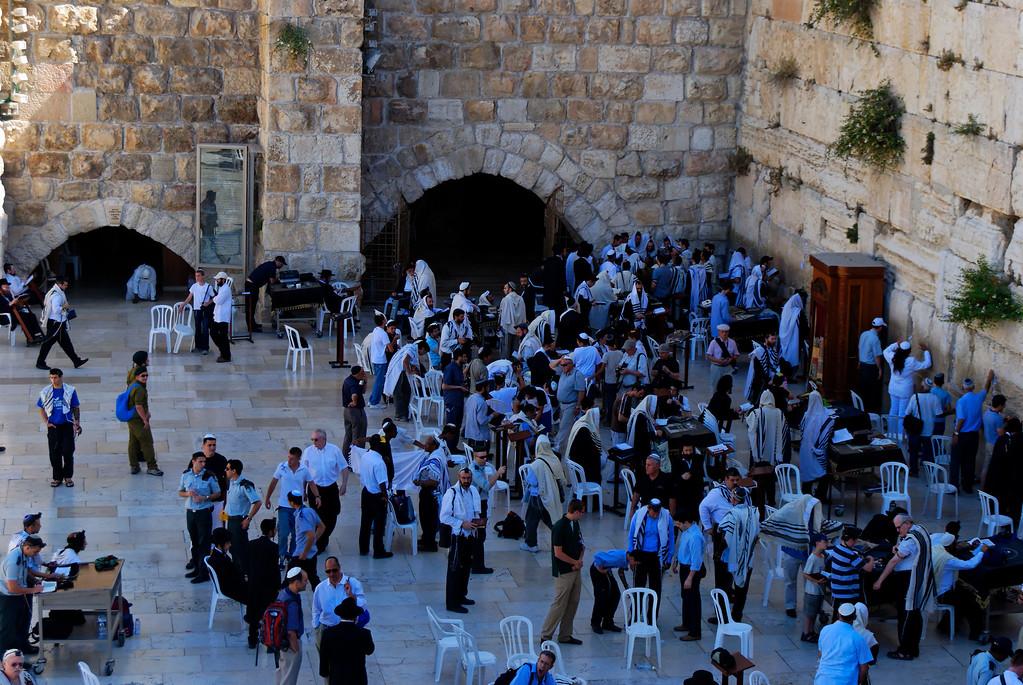 O Muro Ocidental, actualmente o local de oração mais sagrado dos Judeus, é tudo o que resta do pesado átrio coberto ocidental que outrora cercava o Templo, construído por Herodes o Grande.