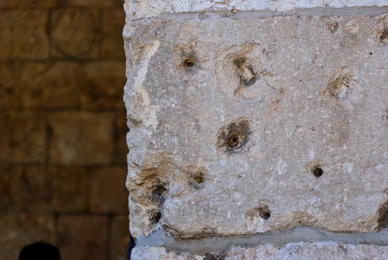 A Porta de Sião (Sha'ar Tzión): <br /> Localizada na muralha meridional. Os árabes chamam-na Bab en Nebi Daud (Porta do Profeta Davi); situa-se no Monte Sião e abre-se para o sul, na direção de Hebron. Foi construída para o Sultão Suleiman em 1540, numa área em que as antigas muralhas dos períodos hasmoneu e herodiano foram desenterradas. Atualmente, ostenta marcas da luta entre israelitas e jordanianos.<br /> Nas suas paredes podem ser vistas as marcas das balas da Guerra dos seis dias aquando da tomada da cidade.