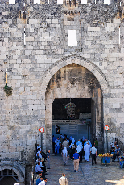 """A Porta de Damasco: Em Ne 3.3, é chamada de """"porta dos peixes""""; em hebr., Sha'ar Shjem; em árabe, Bab el Amud (Porta da Coluna); situa-se ao norte, na direcção de Nablus (Shjem), mais remotamente a Damasco da Síria. <br /> A abertura e a ponte de madeira, muito estreitas, foram substituídas por uma praça em forma de anfiteatro e uma sólida ponte de pedra. É a entrada principal do quarteirão muçulmano.  <br /> Teologicamente, significa """"salvação""""!"""