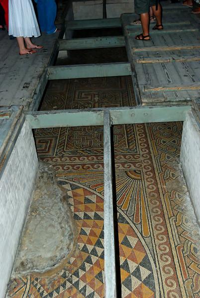 Igreja da Natividade<br /> Detalhe do chão de mosaico original do século IV, descoberto em 1934