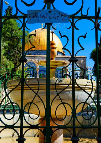 A fonte de El Kas e a cúpula dourada. Nesta fonte pratica-se o ritual tradicional muçulmano da ablução entes da oração. O fiel lava a cabeça, as mãos e os pés antes de se dobrar para a oração.