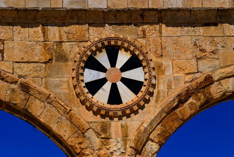 Os motivos a preto e branco com marcações a vermelho encontrados em vários pórticos decorados constituem exemplos da arquitectura mameluca.
