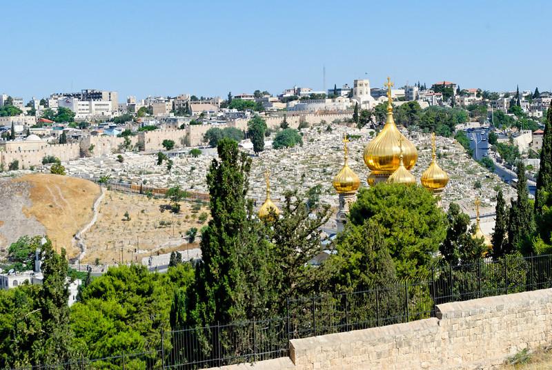 Panoramica de Jerusalém vista do Monte das Oliveiras<br /> tendo em primeiro plano a Igreja de S. Maria Madalena com os seus coruchéus dourados em forma de cebola.