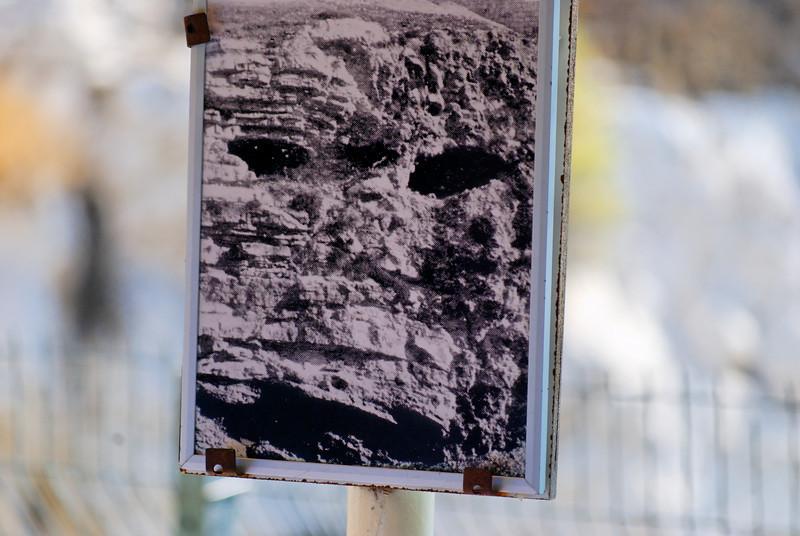 """Junto ao Túmulo do Jardim existe uma escarpa rochosa semelhante a uma caveira - com grutas no sítio dos olhos, do nariz e da boca. O general britânico Gordon pensou tratar-se do """"Gólgota"""" ou o sítio da caveira (João 19:17) onde teve lugar a crucificação de Jesus."""