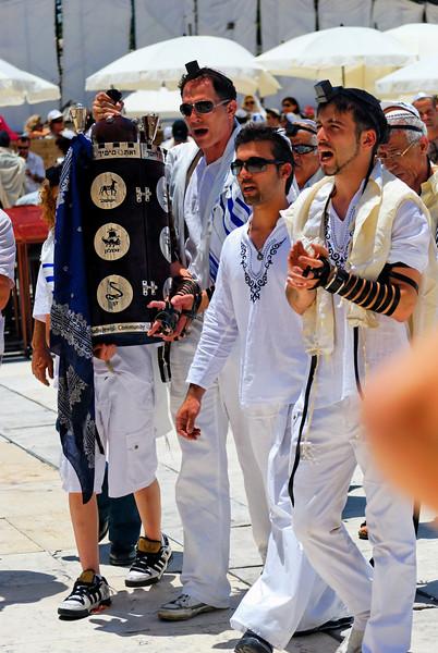 """B'nai Mitzvá (filhos do mandamento) é o nome dado à cerimonia que insere o jovem judeu como um membro maduro na comunidade judaica.<br /> Quando uma criança judia atinge a sua maturidade (aos 12 anos de idade, mais um dia para as meninas; e aos 13 anos e um dia para os rapazes), passa a tornar-se responsável pelos seus actos, de acordo com a lei judaica. Nessa altura, diz-se que o menino passa a ser Bar Mitzvá ( בר מצוה , """"filho do mandamento""""); e a menina passa a ser Bat Mitzvá (בת מצוה, """"filha do mandamento"""").<br /> Ao completar 13 anos, o jovem judeu é chamado pela primeira vez para a leitura da Torah (conhecido como Pentateuco pelos cristãos). Ao ser chamado pela primeira vez, o jovem pode, a partir daí, integrar o miniam (quórum mínimo de 10 homens adultos para realização de certas cerimonias judaicas).<br /> Antes desta idade, são os pais os responsáveis pelos actos dos filhos. Depois desta idade, os rapazes e moças podem finalmente participar em todas as áreas da vida da comunidade e assumir a sua responsabilidade na lei ritual judaica, tradição e ética.<br /> O Bar Mitzváh não é só uma comemoração comum de aniversario, mas normalmente o menino, passa por uma bonita cerimónia de """"mazal-tov"""" que seria como um """"boa sorte"""" ou """"parabéns""""(dependendo da situação), normalmente o Mazan-tov é feito com o(a) menino(a) sobre uma cadeira e ele(a) é levantado varias vezes, e assim fazem com toda a família do Barmitzvano. Deste modo é realizado uma parte do Bar Mitzvah."""