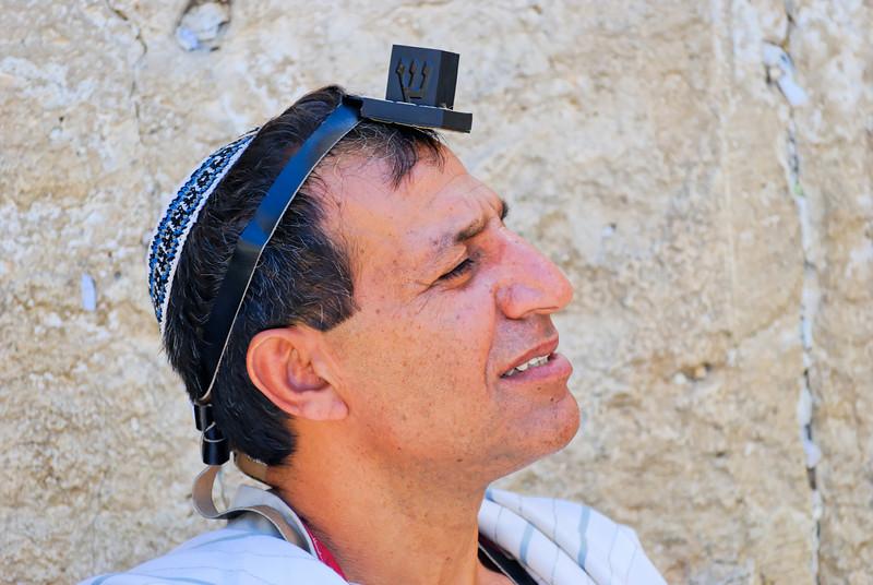 """Tefilin (em hebraico תפילין, com raiz na palavra tefilá, significando """"prece"""") é o nome dado a duas caixinhas de couro, cada qual presa a uma tira de couro de animal kasher, dentro das quais está contido um pergaminho com os quatro trechos da Torá em que se baseia o uso dos filactérios (Shemá Israel, Vehaiá Im Shamoa, Cadêsh Li e Vehayá Ki Yeviachá).<br /> Também é conhecido em português como filactério, vindo do termo grego fylaktérion, que significa basicamente """"posto avançado"""", """"fortificação"""" ou """"protecção"""", o que explica a utilização destes objectos como protecção ou amuleto.<br /> Os tefilins contêm pergaminhos onde estão inscritos quatro trechos da Torá que enfatizam a recordação dos mandamentos e da obediência a Deus."""