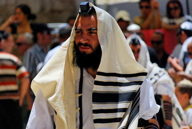 """O talit – טַלִּית (no hebraico moderno), talet - טַלֵּית (em sefaradi) ou talis (em Iídiche) é um acessório religioso judaico em forma de um xale feito de seda, lã (mais caro e elegante que o de seda) ou linho, tendo em suas extremidades as tsitsiot ou sissiot """"sefaradi"""" (franjas). Ele é usado como uma cobertura na hora das preces judaicas, principalmente no momento da oração de Shacharit (primeiras orações feitas pela manhã).<br /> O talit (também conhecido como """"talit gadol"""" - טלית גדול) é usado pelos homens no momento da oração na sinagoga e no momento da oração do Shacharit. O talit isola o que esta orando do mundo a sua volta e facilita-o na em sua concentração durante a oração. Sobre o talit se interpreta que um dos objectivos deste acessório é criar um ambiente de igualdade entre os que estão orando na sinagoga, tendo então concordância com uma cobertura homogênea que estaria sobre as roupas que as pessoas realmente estavam usando – que mostram a qualidade e o estado económico do que ora.<br /> Entre os asquenazitas, o costume de se cobrir com o talit se reserva aos homens apenas após o casamento. De acordo com este costume, quando se está solteiro, é permitido cobrir-se com talit só em ocasiões especiais, como no momento que eles são chamados para serem """"Olim"""" - עולים (plural de """"Olê"""" - עולה, denominação aos que são chamados para ler a Torá nas sinagogas). Os judeus orientais (também chamados de """"mizrahiim"""") têm o costume de se cobrir com o talit a partir da idade de treze anos, quando o menino faz o Bar Mitzvah ou até mesmo antes dessa cerimonia. Comunidades Conservadoras e Reformistas permitem também às mulheres fazerem uso do talit apesar da lei Judaica tradicional isentarem as mulheres dessa obrigação.<br /> Detalhe - tzitzit ou sissit """"sefaradi"""" (franjas) num dos cantos de um talit.<br /> Há também um outro tipo de talit denominado """"talit katan"""" – טלית קטן – (talit pequeno) conhecido também só pelo nome de """"tzitzit"""", que é utilizado durante o dia inteir"""