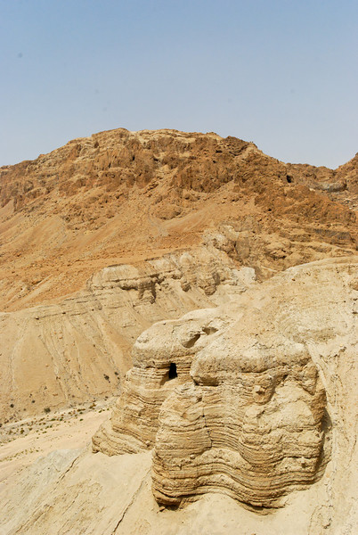 Nas cavernas foram encontrados mais de oitocentas cópias de manuscritos - dos mais minúsculos fragmentos até doze rolos quase completos.
