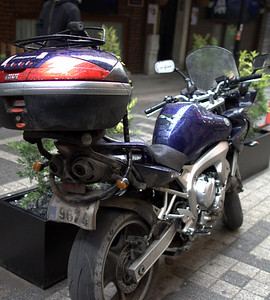 Yamaha FZ with a nice Givi V46 and beefy lock. Rare to see this large of bike.