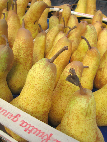 Pears on sale in Como