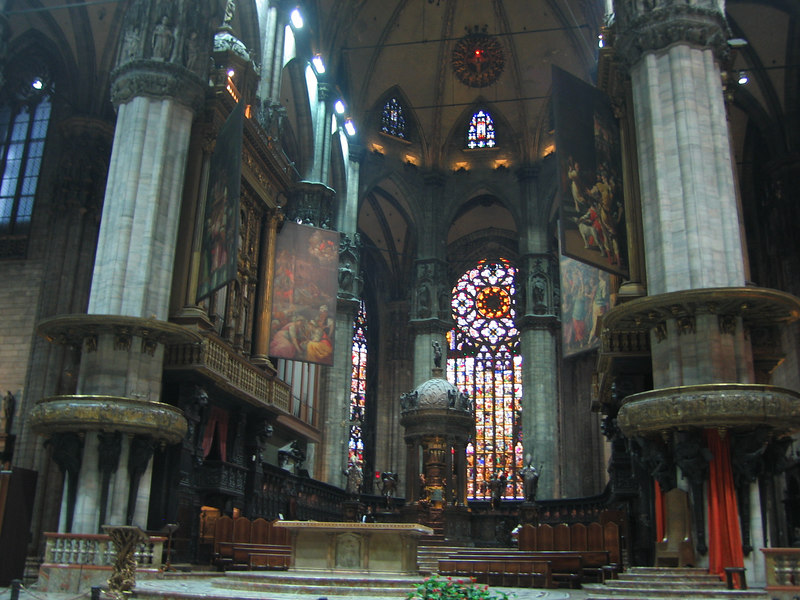 00aFavorite Inside Milano Duomo-Note sml rd light blb in dome abv apse - a Crucifixion nail