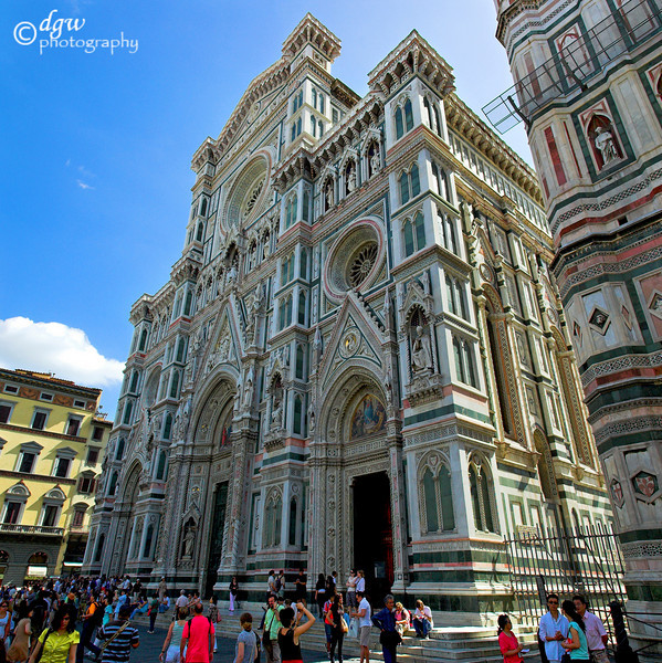 Santa Croce is considered the Pantheon of great Italians. In fact, Michelangelo, Galileo, Alfieri, Machiavelli, Foscolo, Rossini and many other famed geniuses are buried there. 