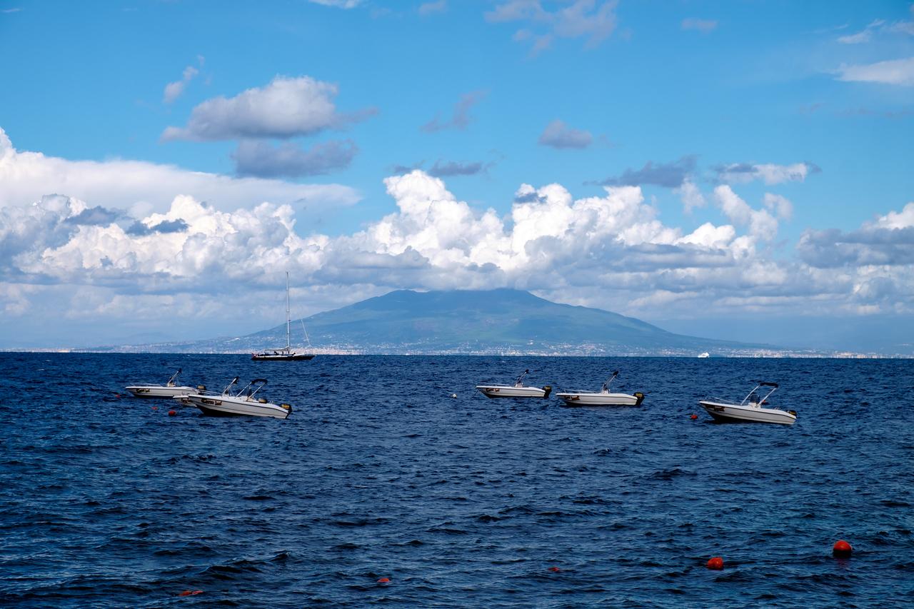 Vesuvio in the distance.