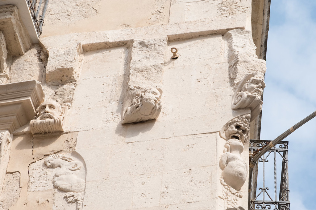 Siracusa corbels with nothing to hold up