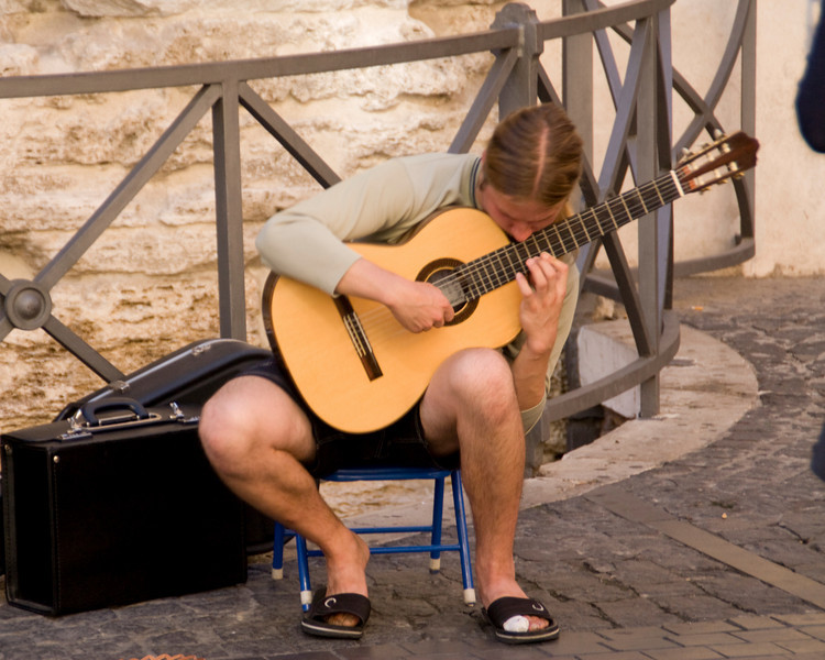 Classical & Flamenco guitarist on the streets of Rome.
