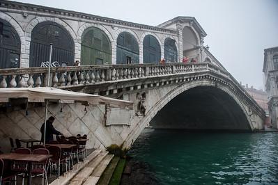 мост Риальто - самый первый и самый древний мост через канал, он построен в самом узком месте Гранд канала и опирается на 12 тыс.свай.