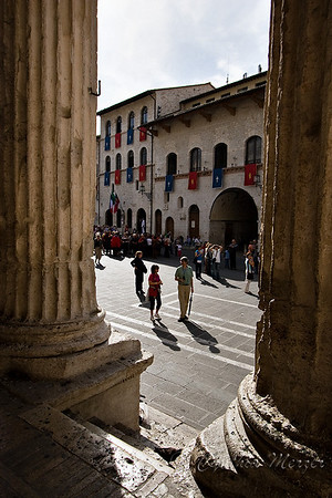 Looking through the Minerva colums into the Piazza del Commune